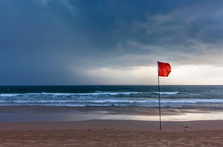 Strand mit Warnflagge
